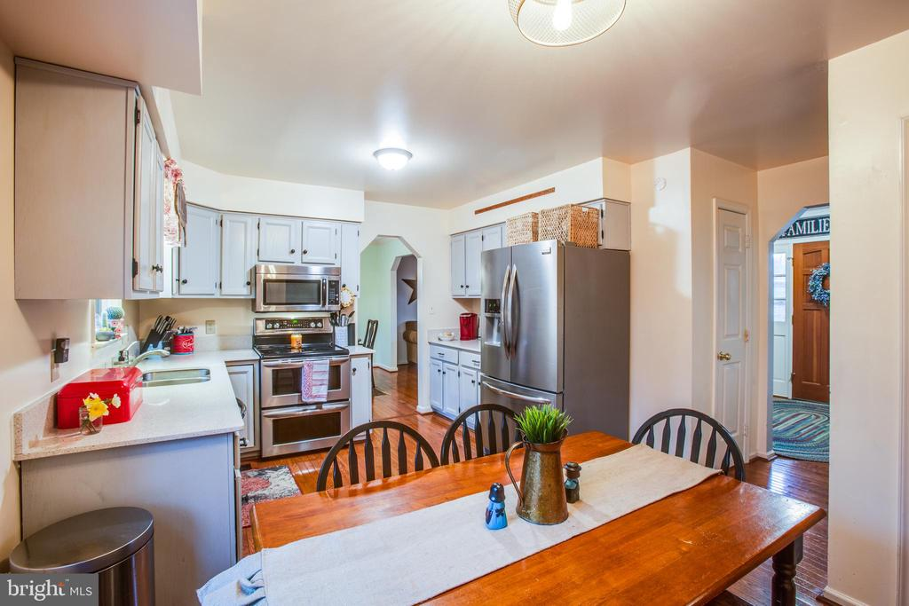 Bright eat in kitchen w/ SS appliances - 18 AUTUMN DR, STAFFORD