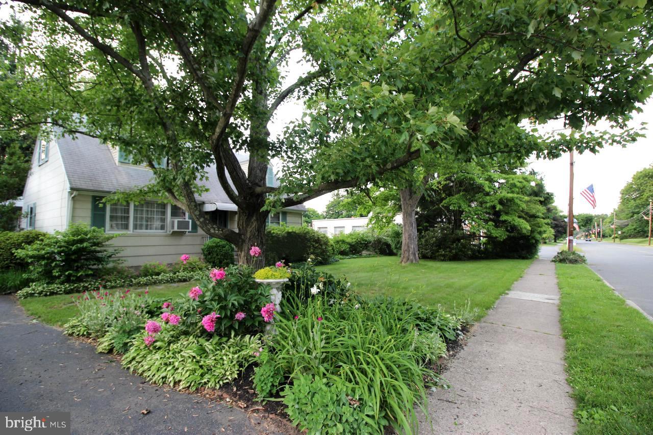 Maison unifamiliale pour l Vente à 134 W BROAD Street Hopewell, New Jersey 08525 États-UnisDans/Autour: Hopewell Borough