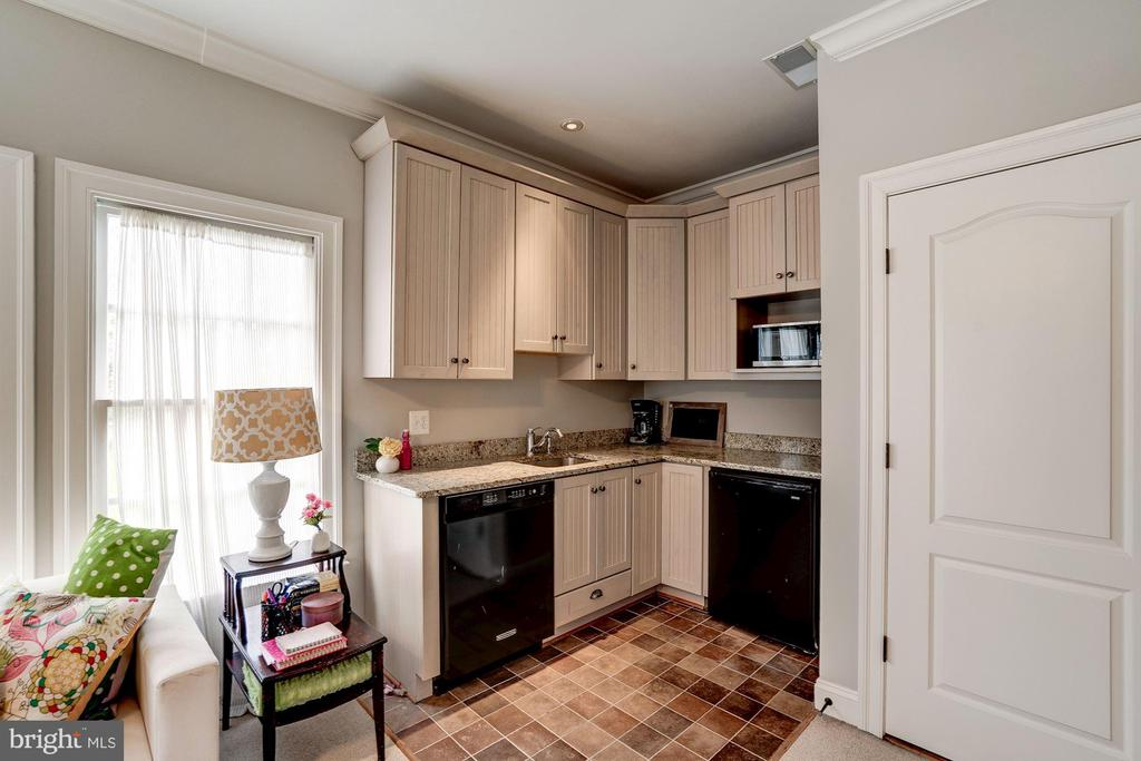 Au Pair Suite Kitchenette - 9720 ARNON CHAPEL RD, GREAT FALLS