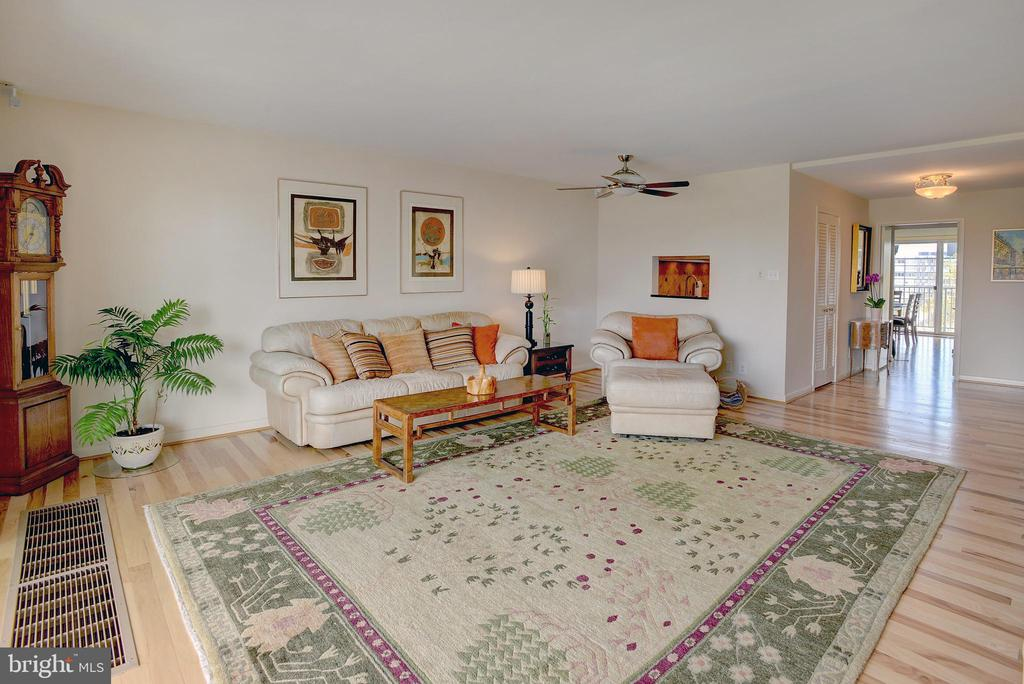 Expansive living area is bright and open - 520 N ST SW #S621, WASHINGTON