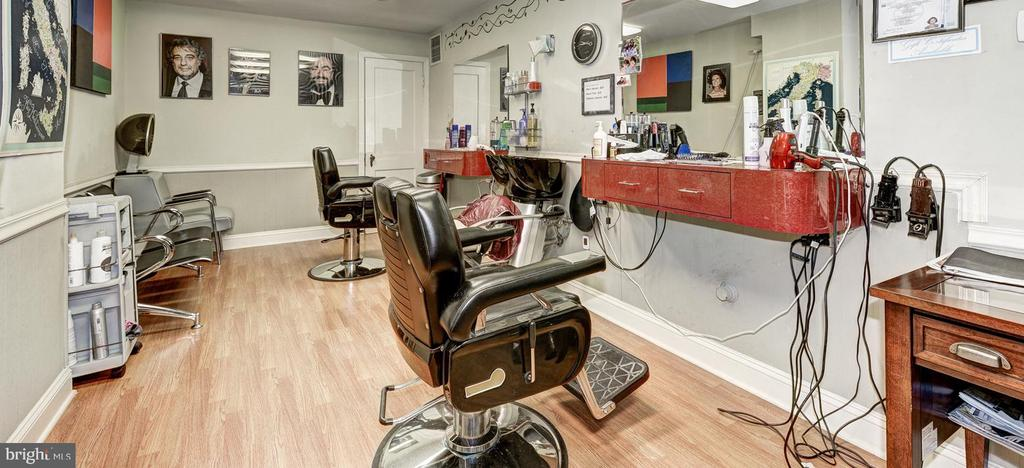Barber Shop - 4000 CATHEDRAL AVE NW #806B, WASHINGTON