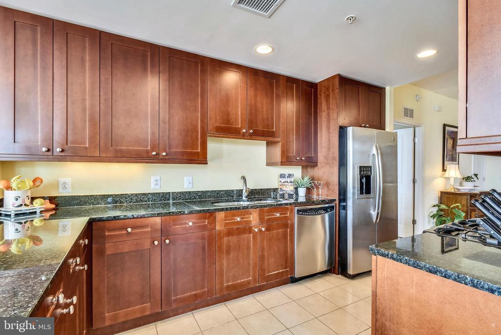 Plenty of counterspace for the chef in the home - 11990 MARKET ST #413, RESTON