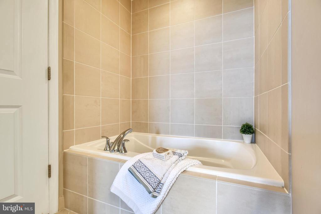 Your spa soaking tub awaits! - 11990 MARKET ST #413, RESTON
