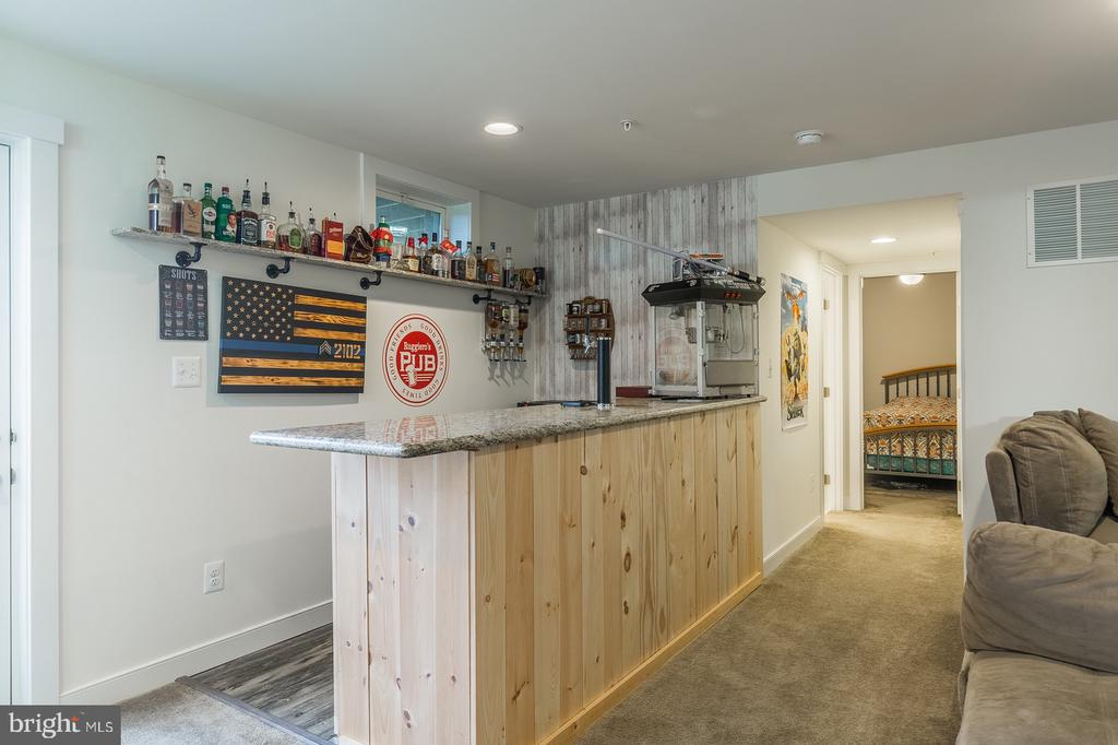 Custom built bar, keg and tap convey - 17040 TAKEAWAY LN, DUMFRIES
