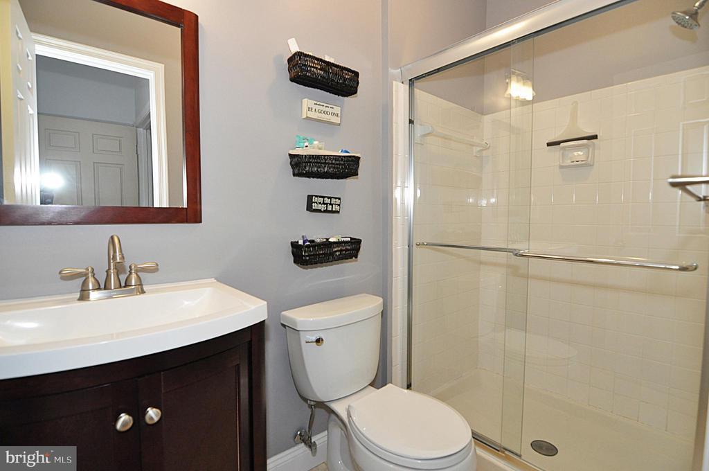 1st floor master bath - 2415 9TH ST S, ARLINGTON
