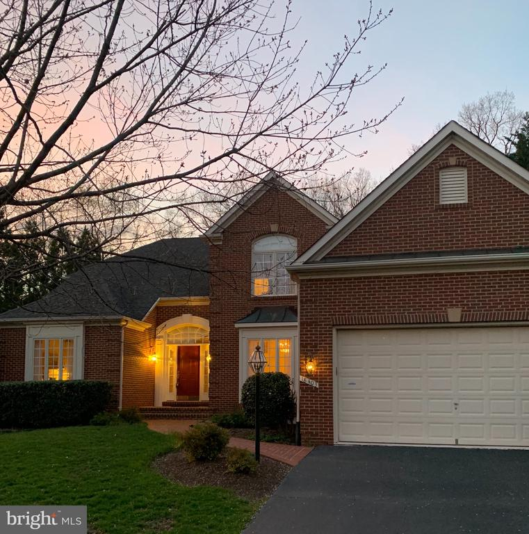 Your guests will be wowed when you greet them here - 18403 KINGSMILL ST, LEESBURG