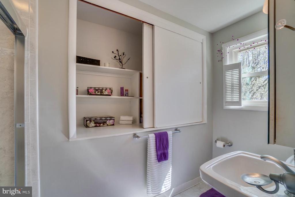 Full Bath Upstairs - 922 CROTON DR, ALEXANDRIA