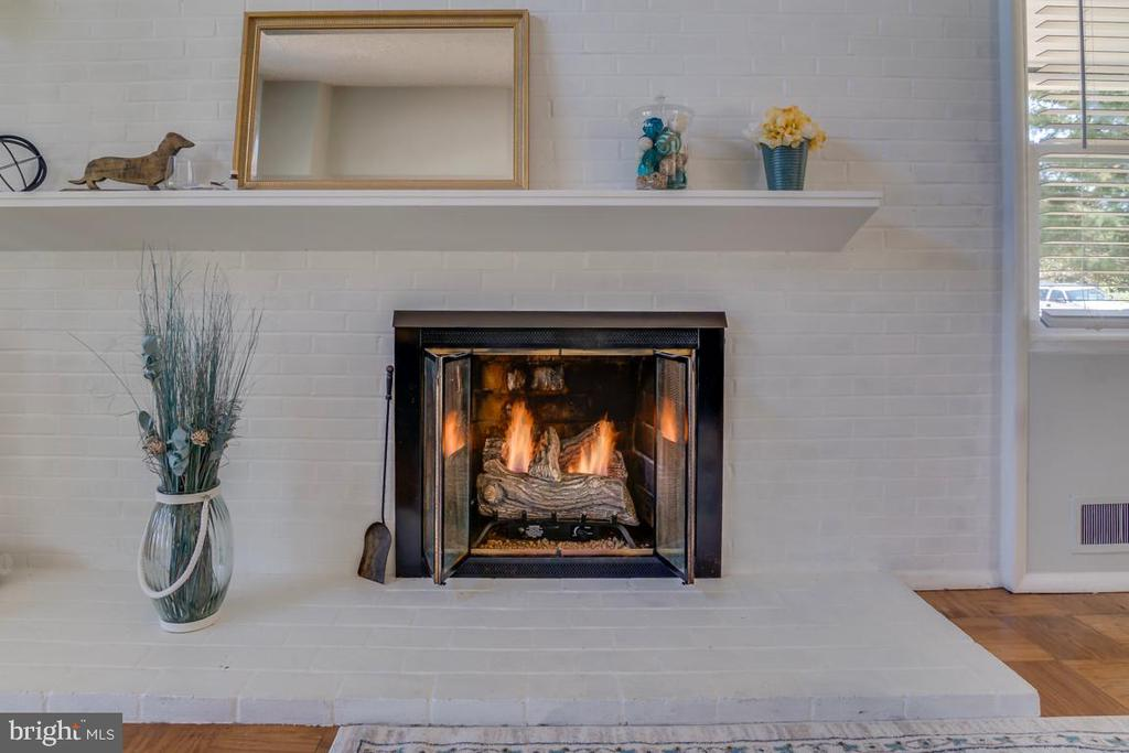 Gas Fireplace in Living Room - 922 CROTON DR, ALEXANDRIA