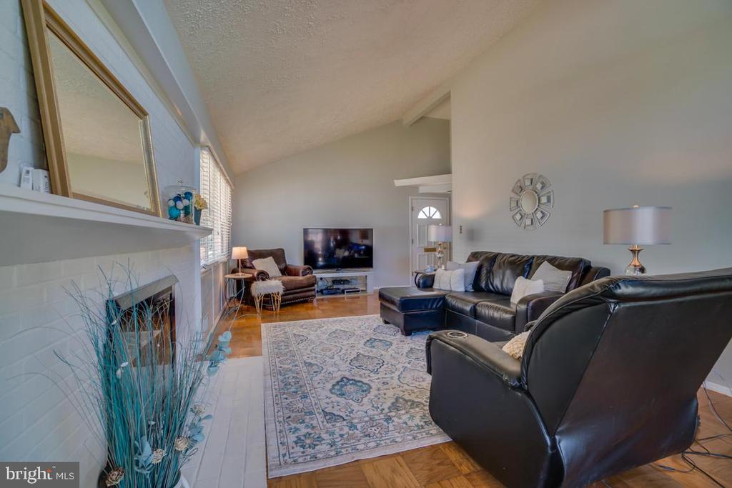 Living Room with Gas Fireplace - 922 CROTON DR, ALEXANDRIA