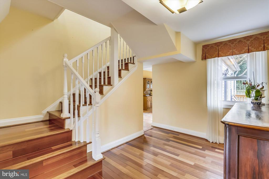 Stairs to upper level - 4914 BANGOR DR, KENSINGTON
