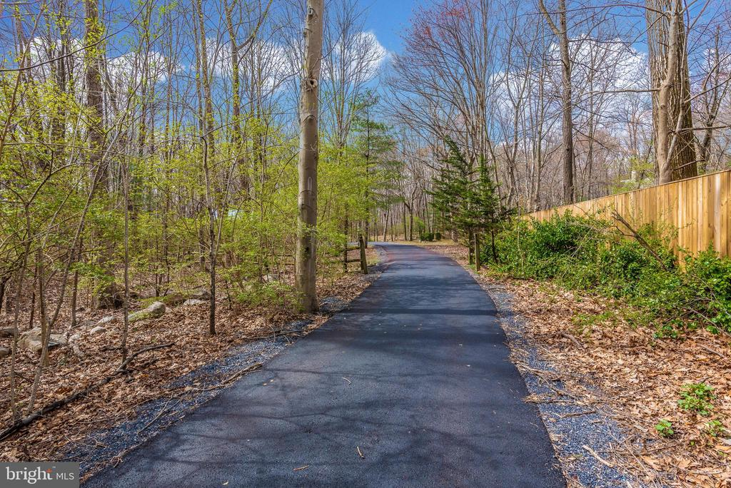 Long private paved driveway. - 13712 PRYOR RD, THURMONT