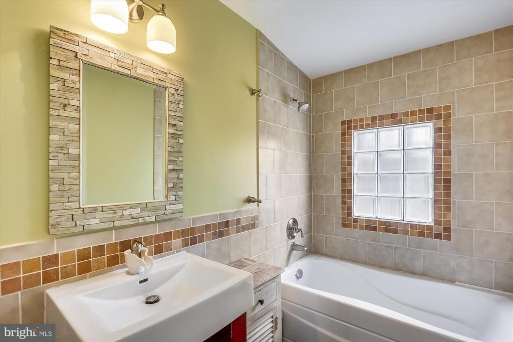 Upper Level Hall Full Bath - 4914 BANGOR DR, KENSINGTON