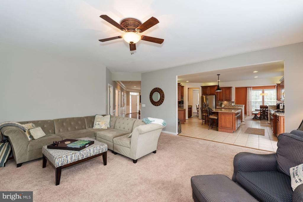 Family Room flows into the Chef's Kitchen - 24436 PERMIAN CIR, ALDIE