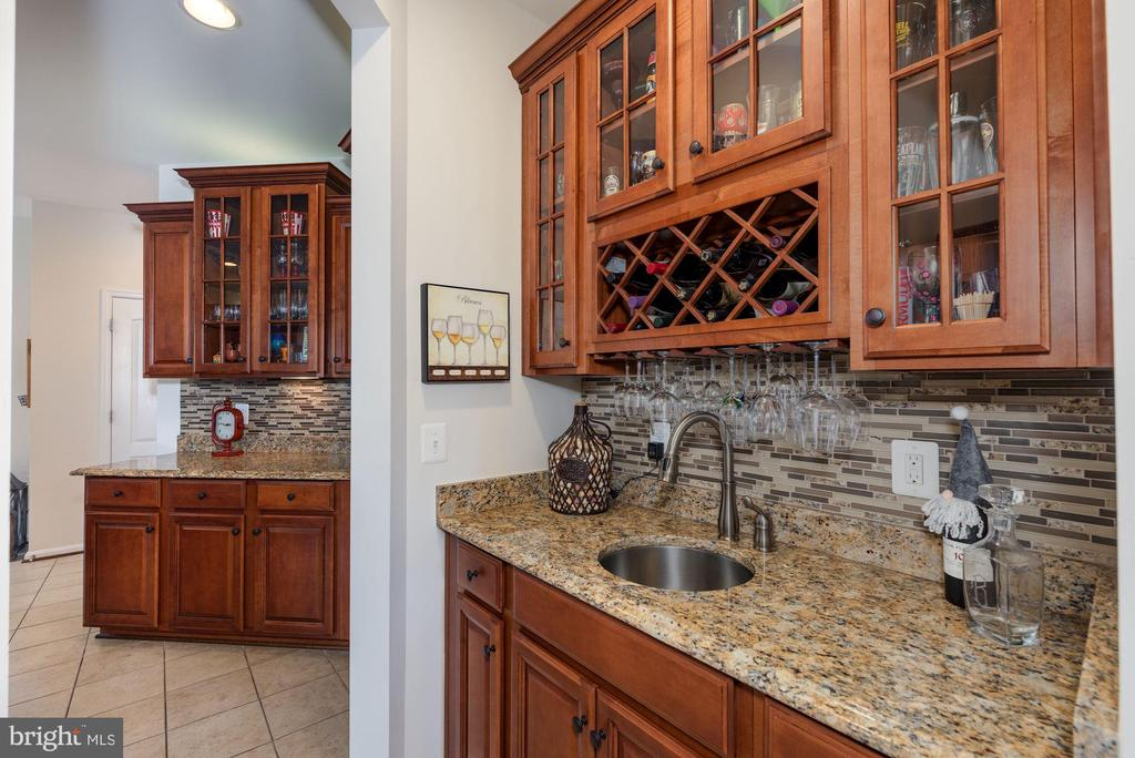 Butler's pantry - 24436 PERMIAN CIR, ALDIE