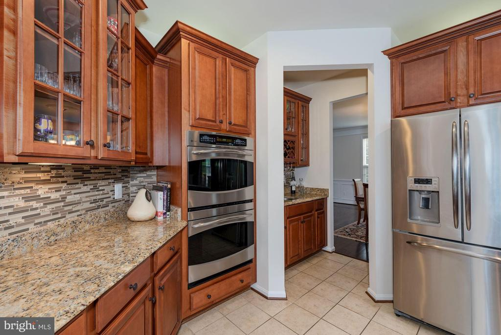Double oven and butler's pantry to dining room - 24436 PERMIAN CIR, ALDIE