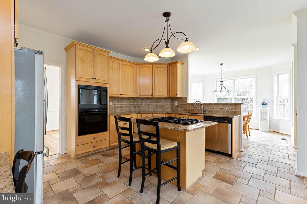 Kitchen with granite countertops, stainless appl. - 44267 OLDETOWNE PL, ASHBURN