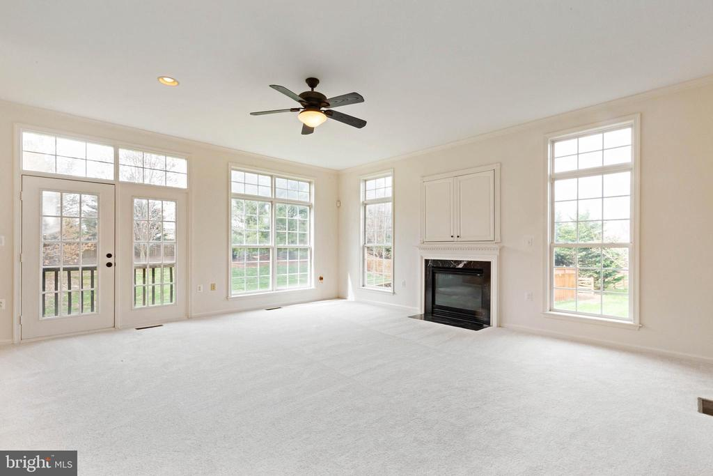 Family room with new carpet and ample of windows - 44267 OLDETOWNE PL, ASHBURN