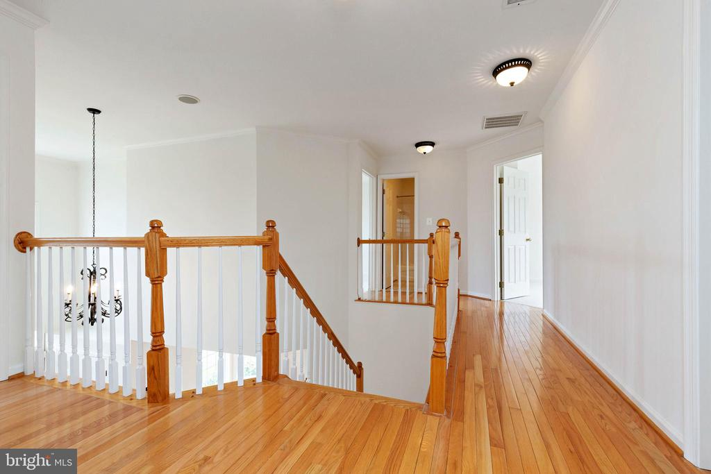 Upstairs hardwood floors in hallway - 44267 OLDETOWNE PL, ASHBURN