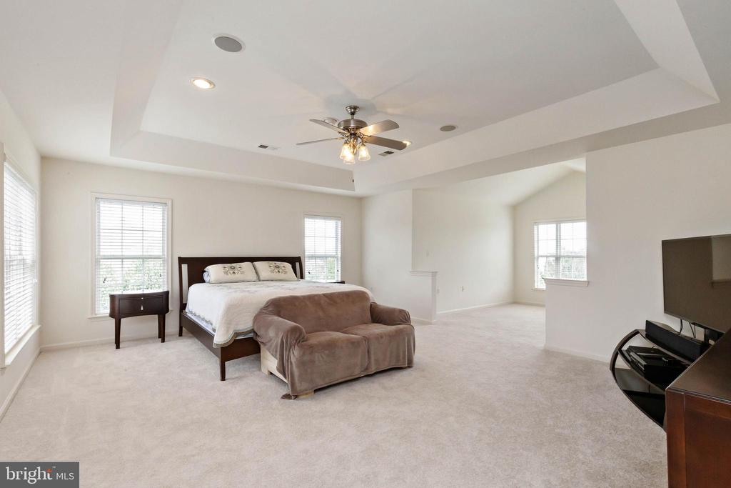 Master bedroom with sitting area - 44267 OLDETOWNE PL, ASHBURN