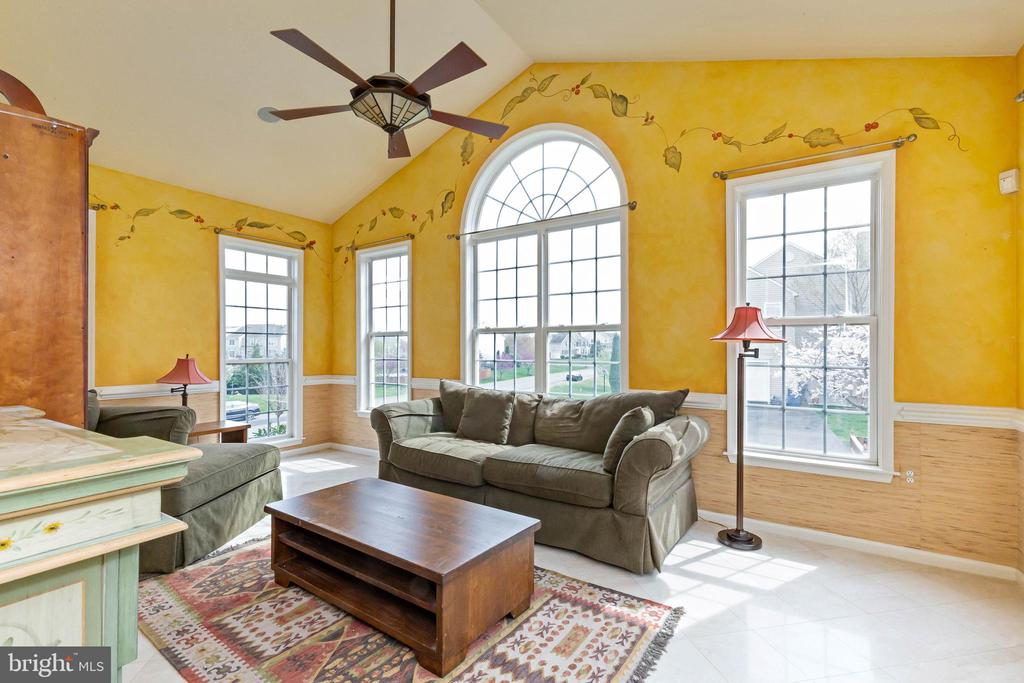 Sunroom or solarium off of living room and dining - 44267 OLDETOWNE PL, ASHBURN