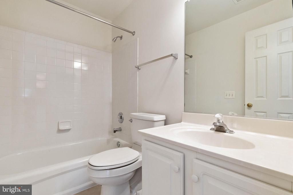 Upper level 2nd bath. - 44267 OLDETOWNE PL, ASHBURN