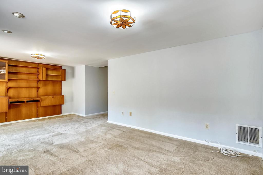 Spacious Family Room - 4507 4TH RD N, ARLINGTON