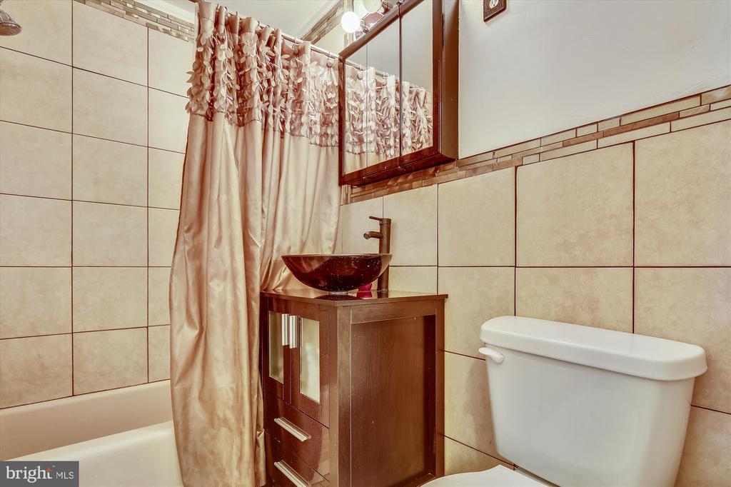 Bathroom - 5111 8TH RD S #305, ARLINGTON