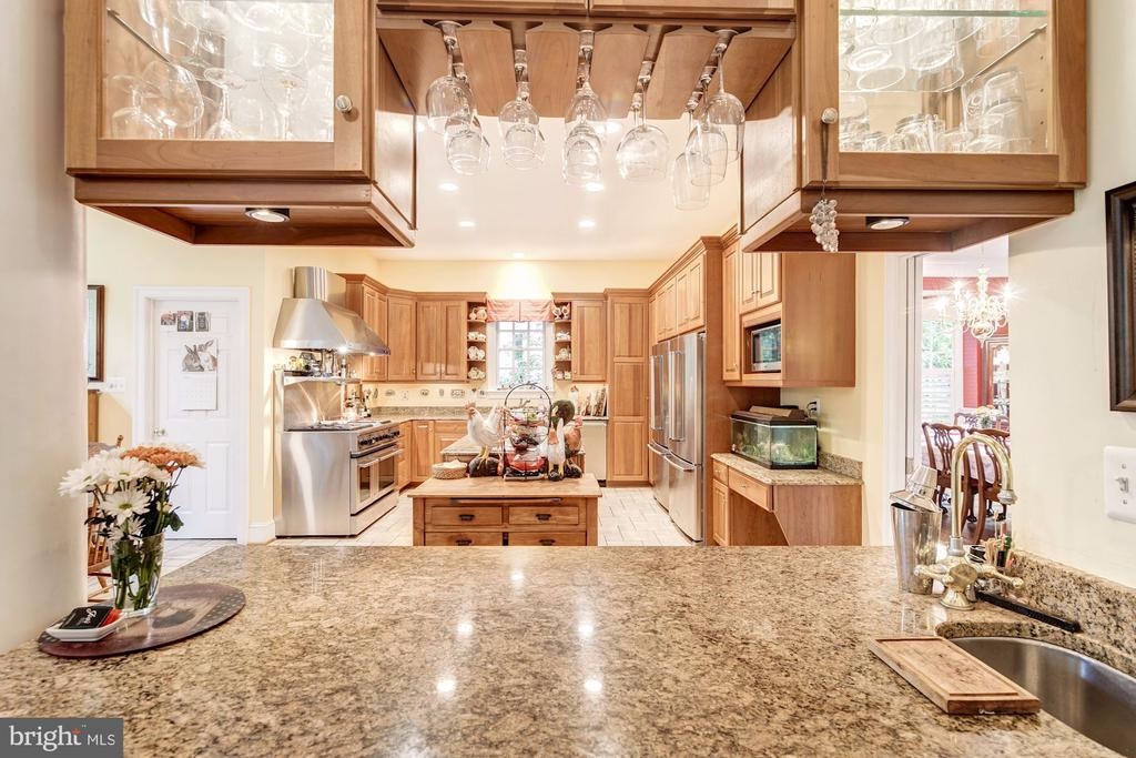 Wet bar between Family Rm, Kitchen & Dining rooms - 3013 N DICKERSON ST, ARLINGTON