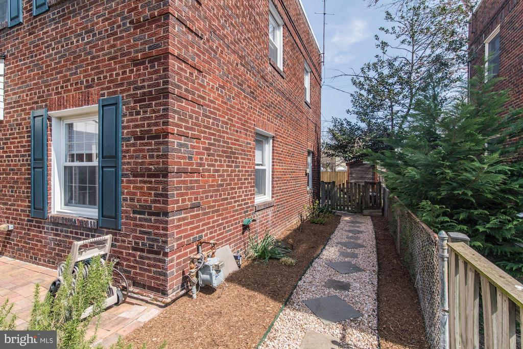 Side Yard Connects Front Yard to Back Yard! - 517 N WEST ST, ALEXANDRIA
