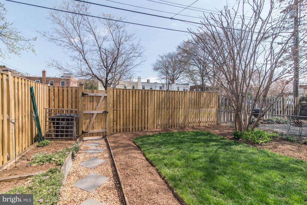 Yard - Garden Box on Left, Grassy Lawn on Right! - 517 N WEST ST, ALEXANDRIA