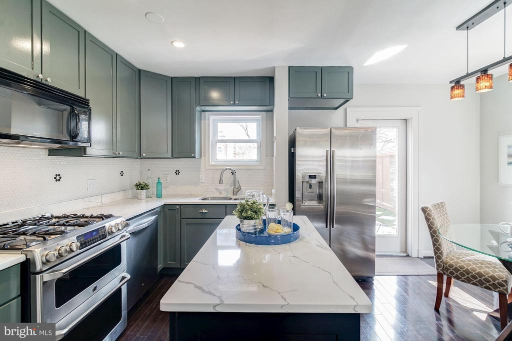 Kitchen - New Quartz Counter Tops & Island (2018)! - 517 N WEST ST, ALEXANDRIA