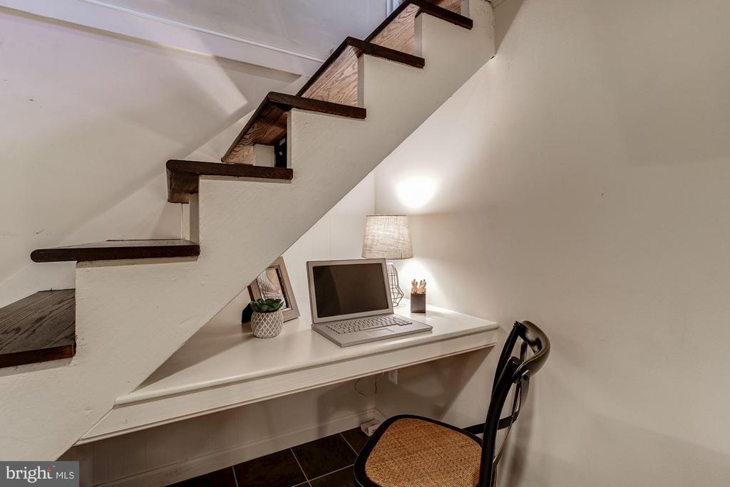 Lowel Level - Built in Desk for a Home Office! - 517 N WEST ST, ALEXANDRIA