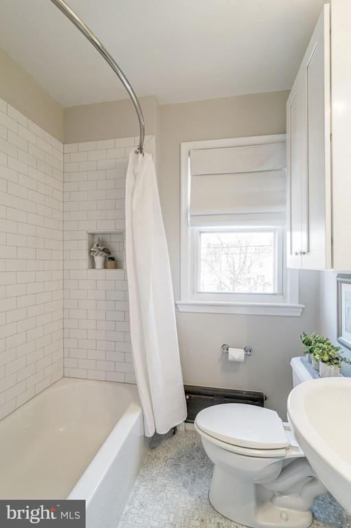 Master Bathroom - Subway Tile Shower! - 517 N WEST ST, ALEXANDRIA