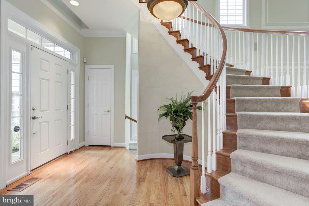 Fabulous staircase - 20258 ISLAND VIEW CT, STERLING
