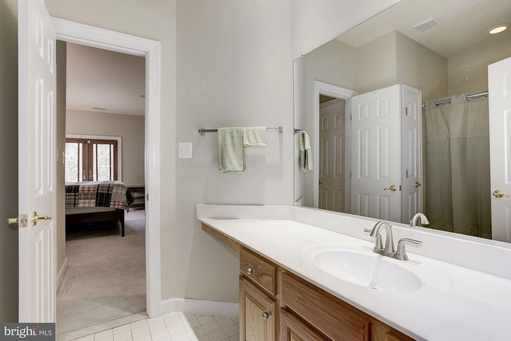 Jack & Jill Bath between Bedrooms - 20258 ISLAND VIEW CT, STERLING