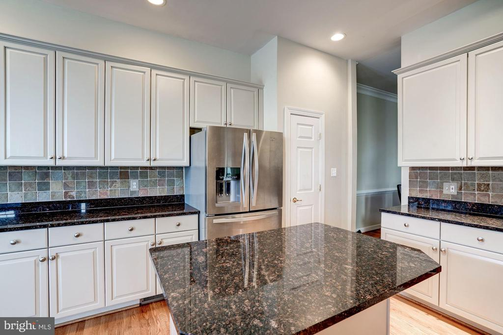 Pale beautiful wood cabinets - 20258 ISLAND VIEW CT, STERLING