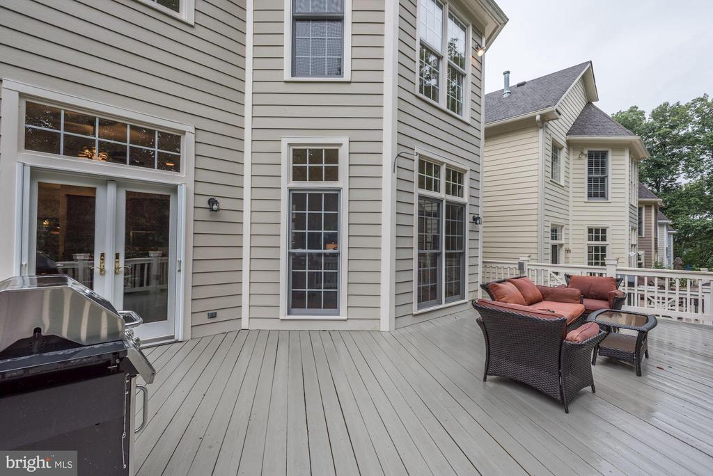 Beautiful deck over looking  Trump Nat'l Golf Cour - 20258 ISLAND VIEW CT, STERLING