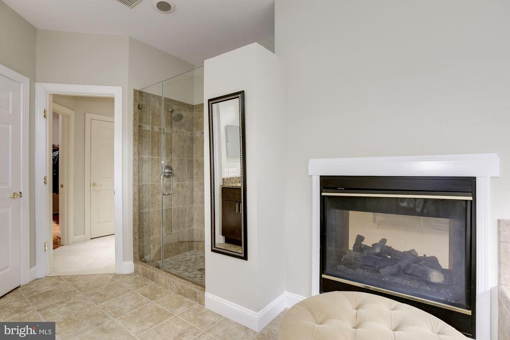 Gas fireplace in Master Bath - 20258 ISLAND VIEW CT, STERLING