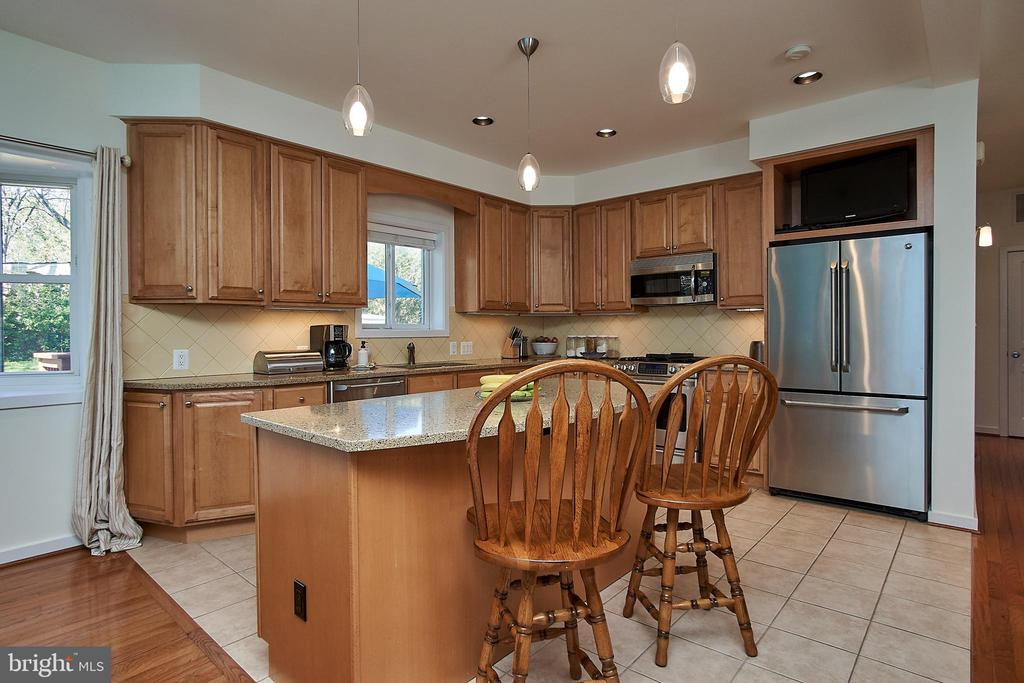 Center island with counter top space - 6100 LEEWOOD DR, ALEXANDRIA