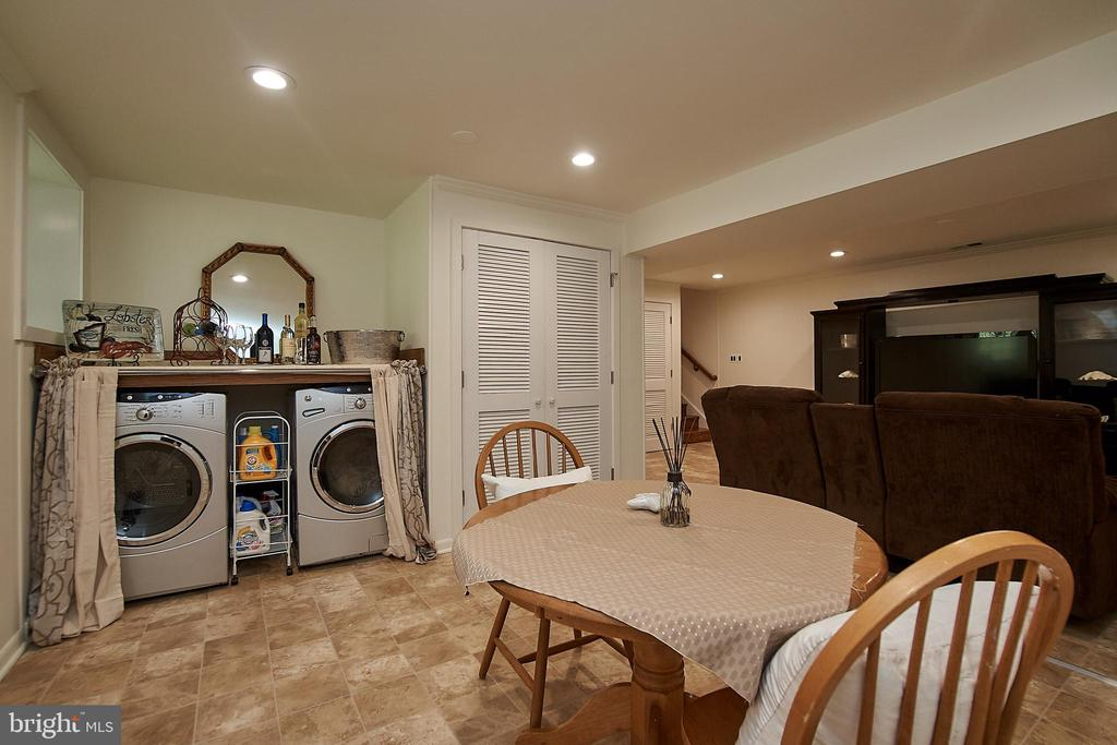 Laundry area serves as a fun bar area too - 6100 LEEWOOD DR, ALEXANDRIA