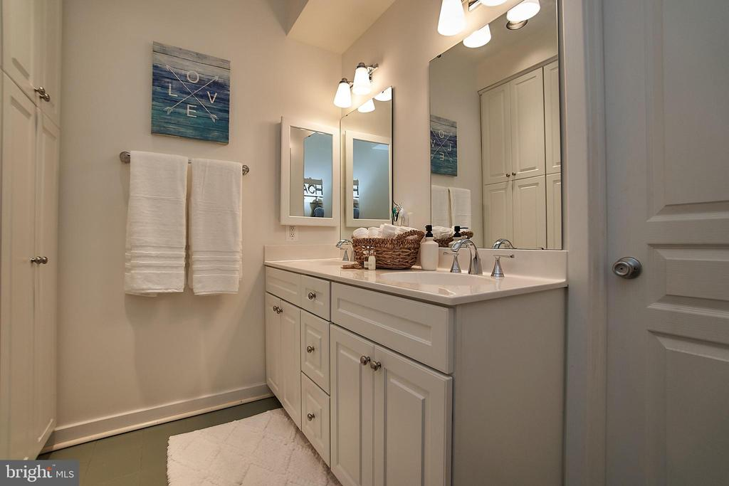 One of three full baths - 6100 LEEWOOD DR, ALEXANDRIA