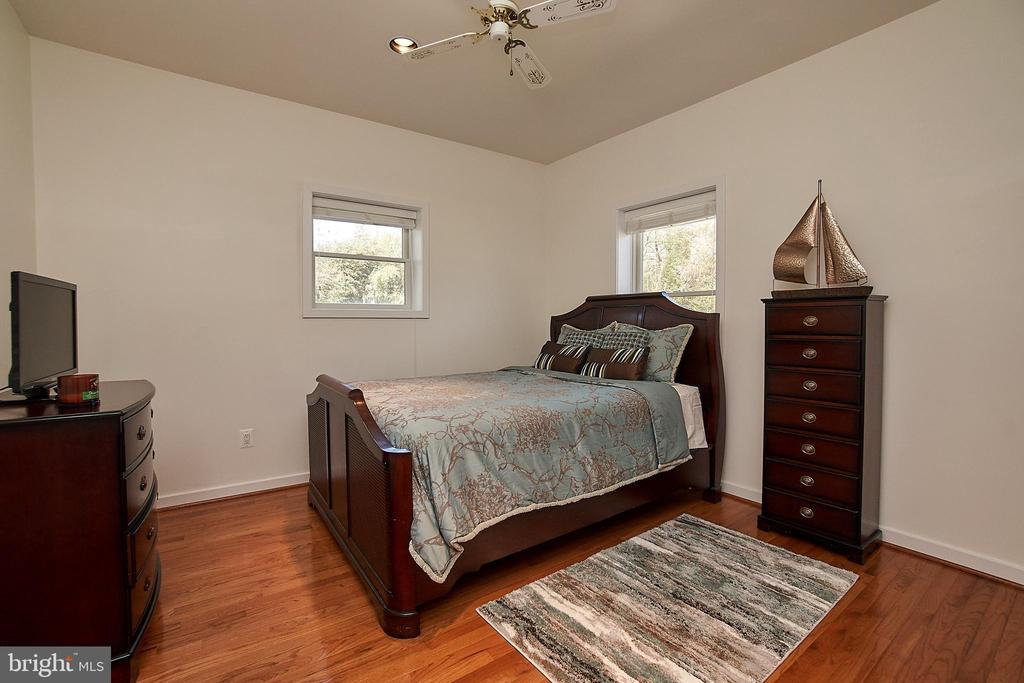Main level bedroom with ceiling fan - 6100 LEEWOOD DR, ALEXANDRIA