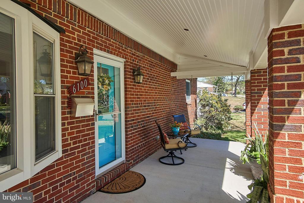 Charming front porch - 6100 LEEWOOD DR, ALEXANDRIA