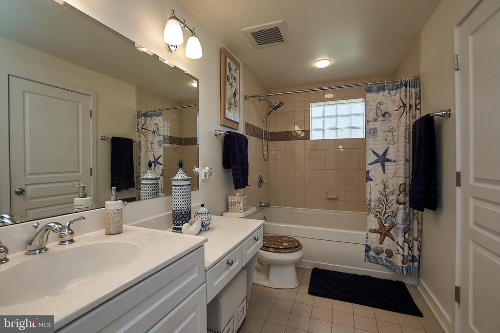 Bathrooms have new lights - 6100 LEEWOOD DR, ALEXANDRIA