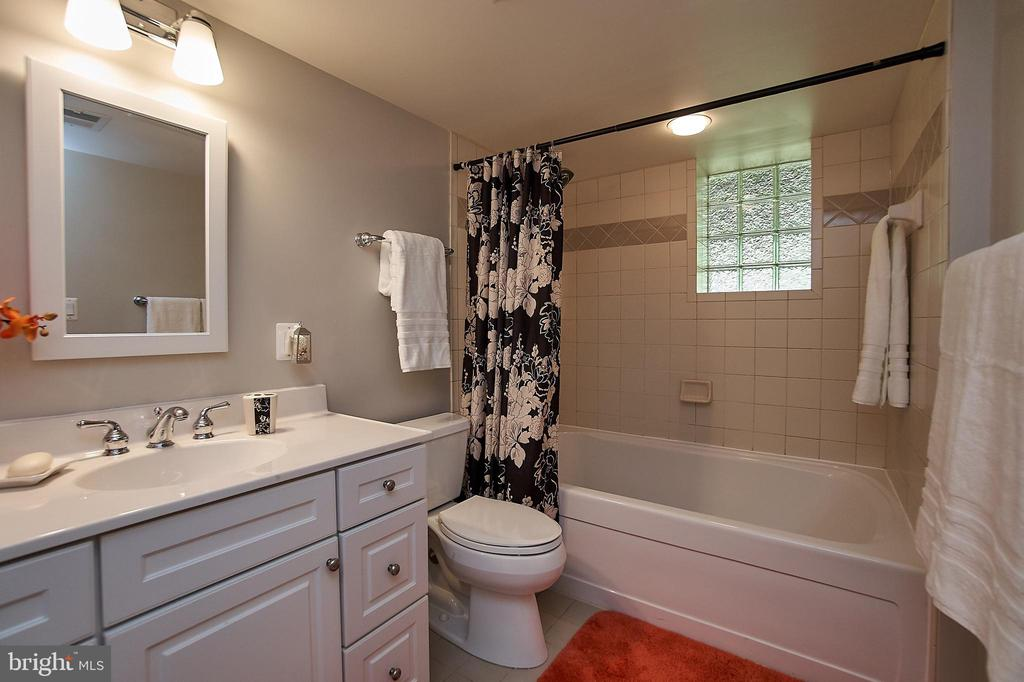 Second full bath - 6100 LEEWOOD DR, ALEXANDRIA