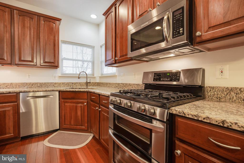 Gas Cooktop/Double Oven/Built-In Microwave - 707 INVERMERE DR NE, LEESBURG
