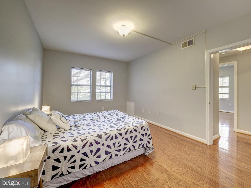 Hardwood throughout the bedrooms - 2011 KEY BLVD #599, ARLINGTON