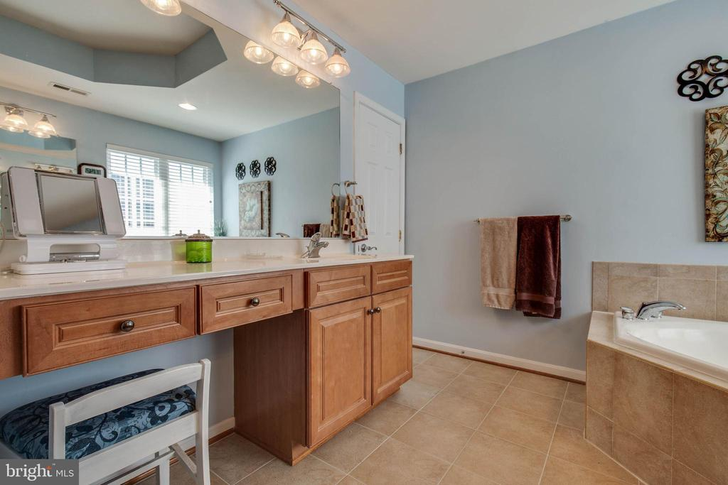 Dual vanities - 42771 CONQUEST CIR, BRAMBLETON
