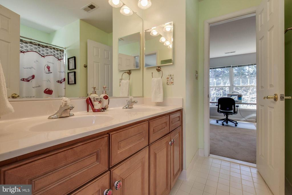 Jack & Jill bath - 42771 CONQUEST CIR, BRAMBLETON