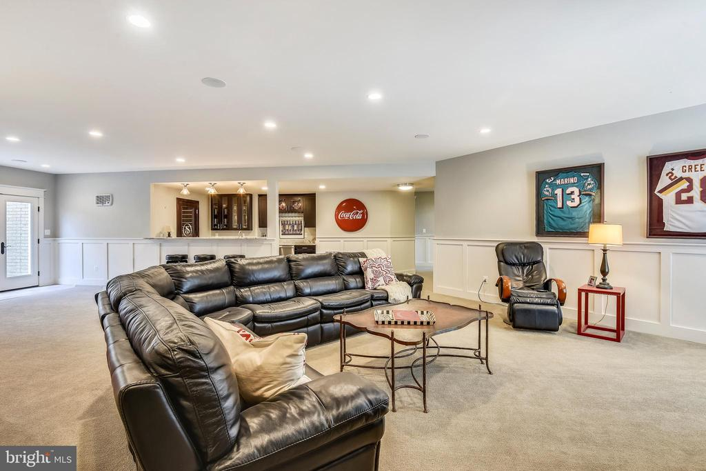 Lower level family room - 301 NIBLICK DR SE, VIENNA